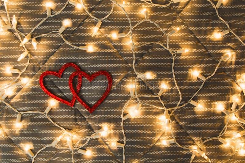 Due cuori con le luci gialle, concetto accogliente delle coppie, San Valentino fotografia stock libera da diritti