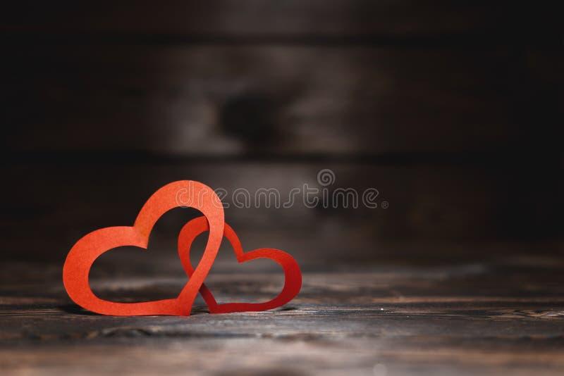 Due cuori di carta rossi su un fondo scuro Un regalo per un caro sul San Valentino fotografie stock