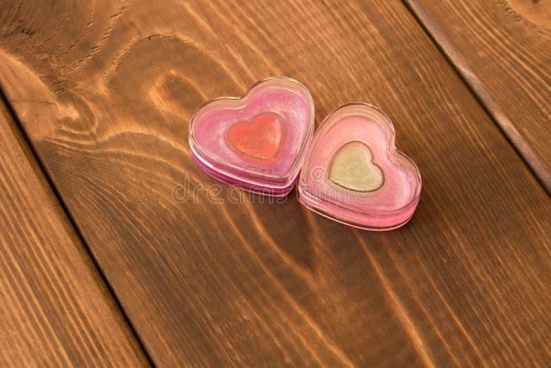 Due cuori divertenti su fondo di legno Il concetto del giorno del ` s del biglietto di S. Valentino fotografia stock libera da diritti