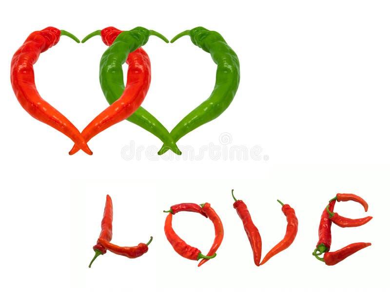 Due cuori ed amori di parola composti di peperoncini rossi e verdi fotografia stock