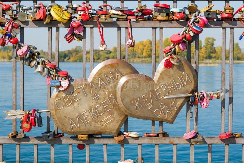 Due cuori penetranti da una freccia di amore che dice il ` Svetlana + Alex = il ferro i E ` durevole di matrimonio fotografia stock libera da diritti
