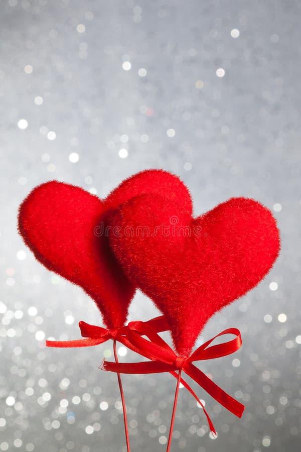 Due cuori rossi del velluto, concetto del giorno di S. Valentino fotografia stock