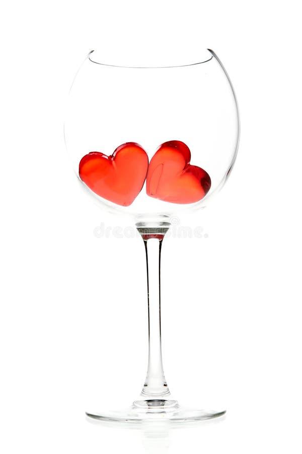 Due cuori rossi della gelatina in vetro di vino fotografia stock