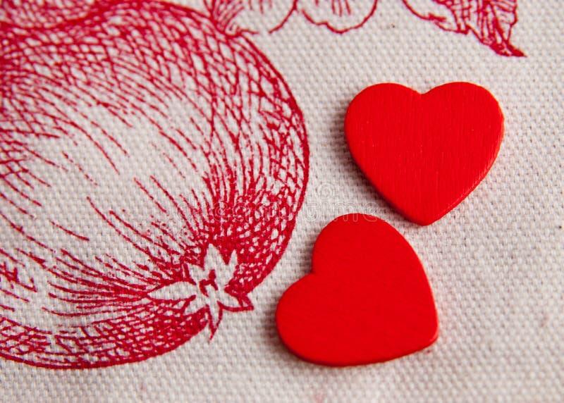 Due cuori rossi nel giardino dell'Eden fotografia stock libera da diritti