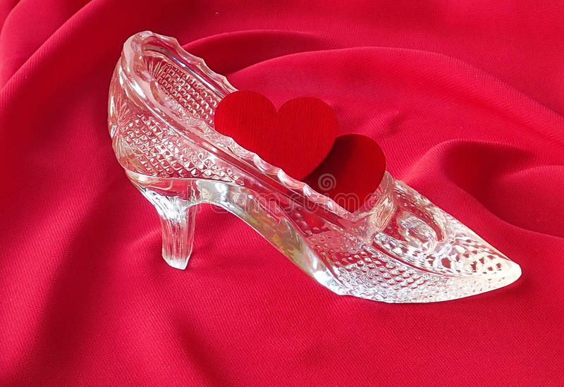 Due cuori rossi sono in scarpa a cristallo immagine stock