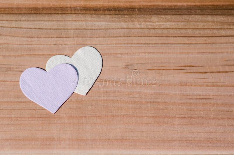 Due cuori su fondo di legno Valentine Day, concetto di amore di nozze fotografie stock libere da diritti