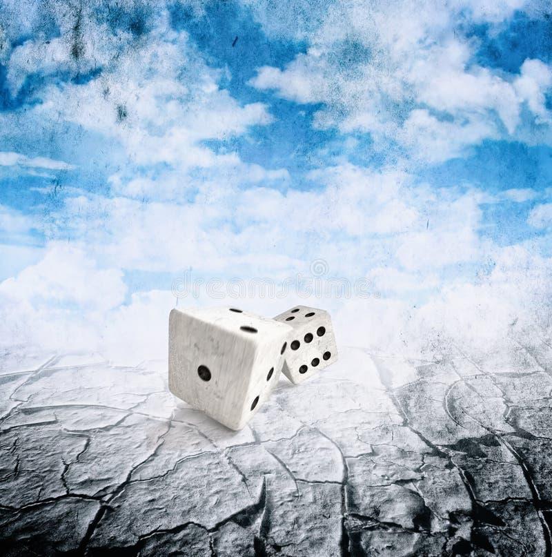 Due dadi nel movimento, siccità abbandonano, cielo nuvoloso immagine stock