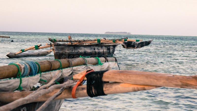 Due Dhows o mokoros nell'acqua di mare bassa alla spiaggia di Jamibiani, Zanzibar immagine stock
