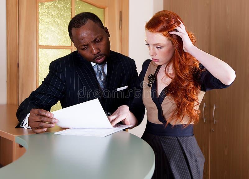 Due di impiegato che parlano della documentazione immagini stock libere da diritti