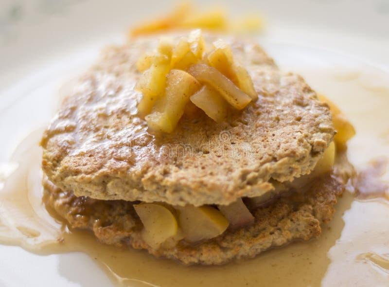 Due di recente pancake al forno della farina d'avena con la mela fotografie stock libere da diritti