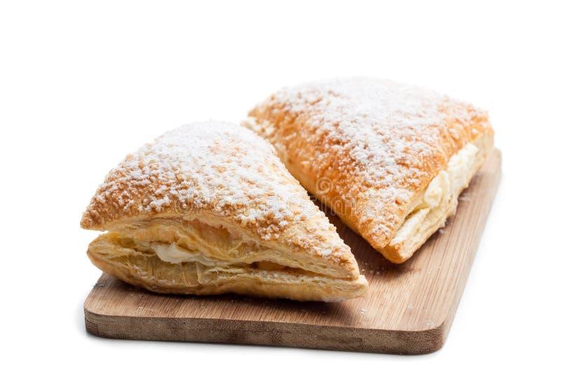 Due di recente volumi d'affari al forno con crema bianca isolata su bianco fotografia stock libera da diritti