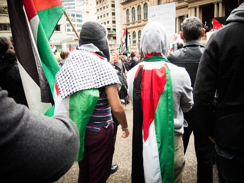 Due dimostranti palestinesi dissimulano stessi di bandiera della Palestina a Sydney Townhall fotografie stock libere da diritti