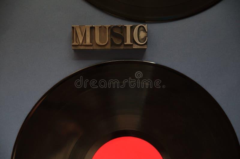 Due dischi di vinile con la parola di musica immagini stock libere da diritti