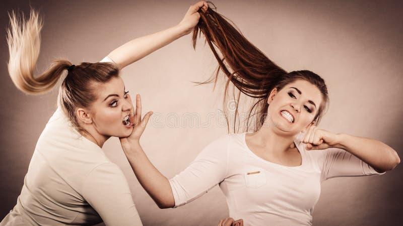 Due donne aggressive che hanno discutono la lotta immagini stock
