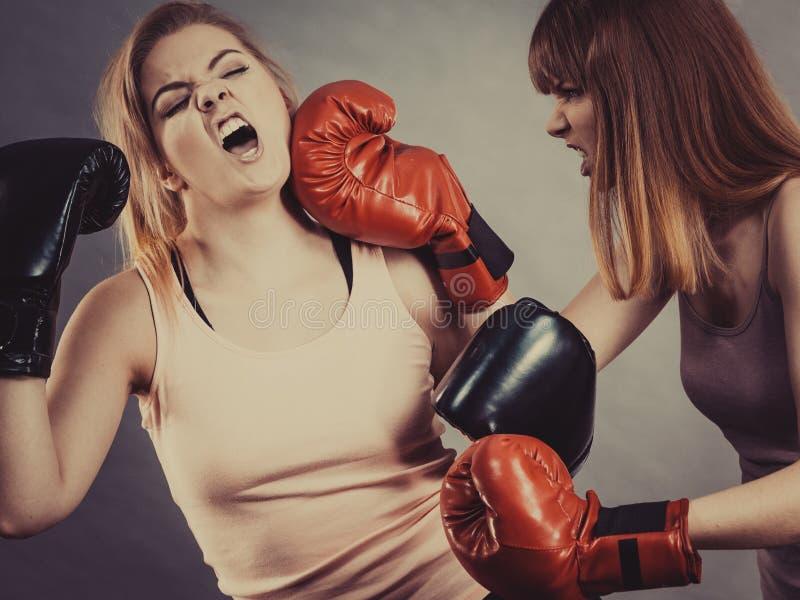 Due donne aggressive che hanno lotta di pugilato immagini stock