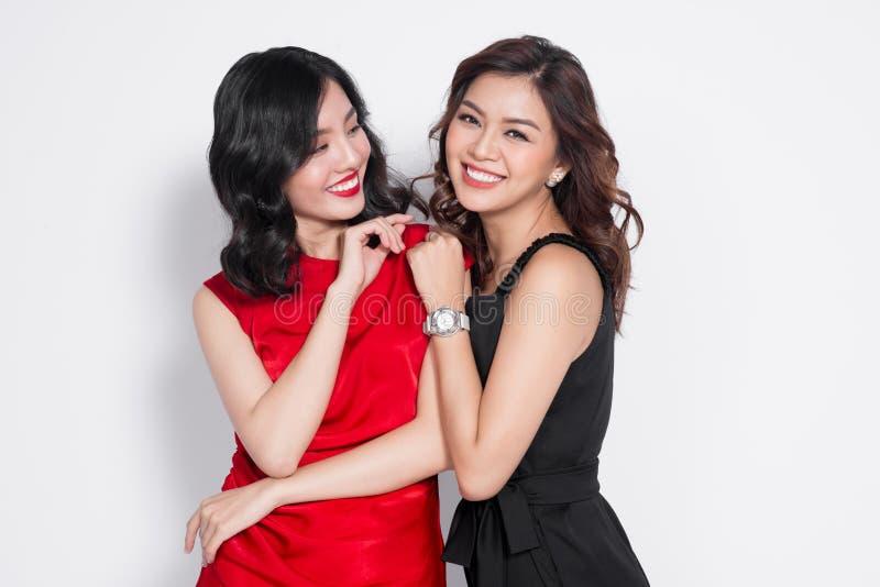 Due donne alla moda in vestiti piacevoli che stanno insieme e in havi immagini stock