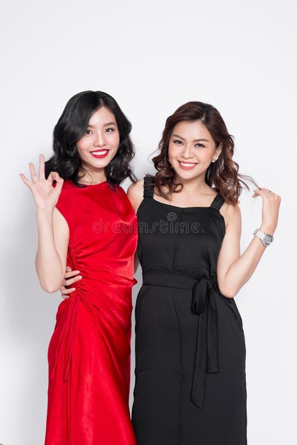 Due donne alla moda in vestiti piacevoli che stanno insieme e in havi fotografie stock libere da diritti