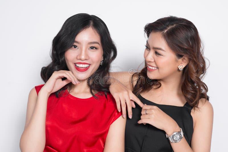 Due donne alla moda in vestiti piacevoli che stanno insieme e in havi immagini stock libere da diritti