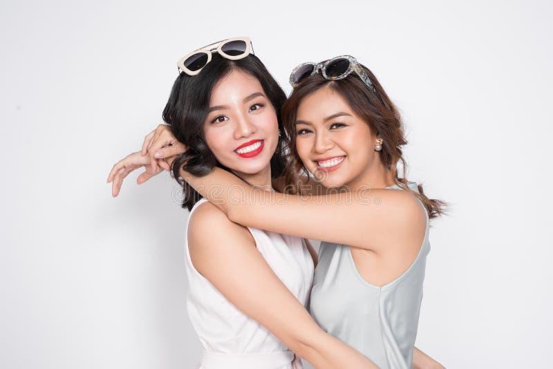Due donne alla moda in vestiti piacevoli che stanno insieme e in havi fotografia stock