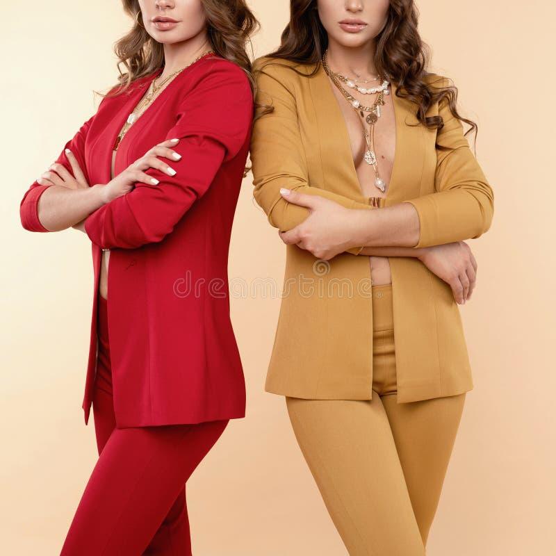 Due donne alla moda in vestiti piacevoli Foto di estate della molla di modo fotografie stock libere da diritti
