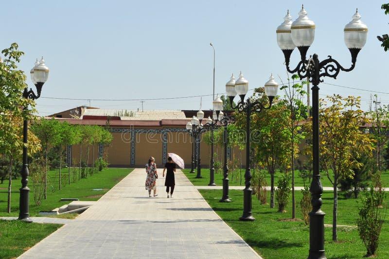 Due donne che camminano dalla via immagine stock libera da diritti