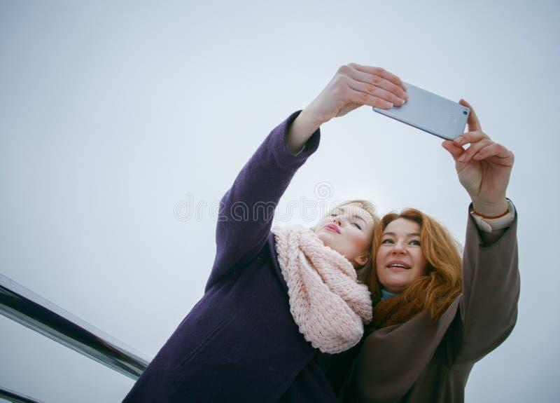 Due donne che camminano intorno all'argine Giorno, all'aperto immagine stock
