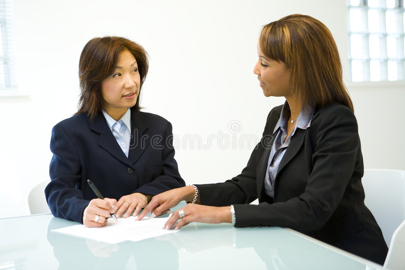 Due Donne Che Comunicano Commercio Fotografia Stock