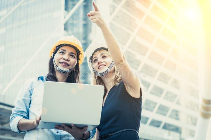 Due donne che costruiscono esame per la partenza e che lanciano nuovo progetto Concetto della costruzione e dell'edificio Affare  fotografia stock libera da diritti