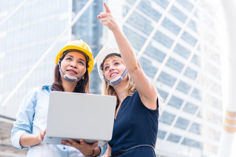 Due donne che costruiscono esame per la partenza e che lanciano nuovo progetto Concetto della costruzione e dell'edificio Affare  fotografia stock