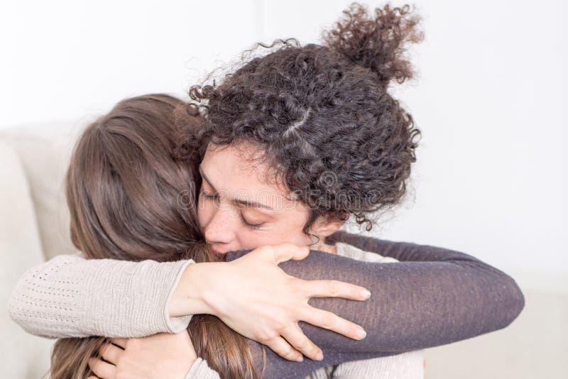 Due donne che danno un abbraccio fotografia stock