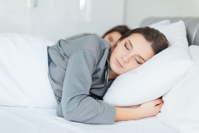 due donne che dormono insieme nella camera da letto fotografia ... - Donne In Camera Da Letto