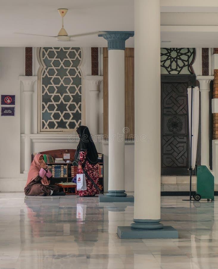 Due donne che parlano in una moschea immagini stock