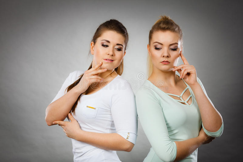 Due donne che pensano a qualcosa immagine stock libera da diritti