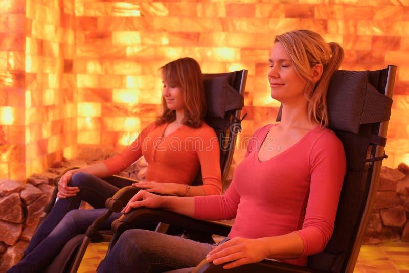Due donne che si rilassano in una caverna del sale a Halotherapy fotografia stock