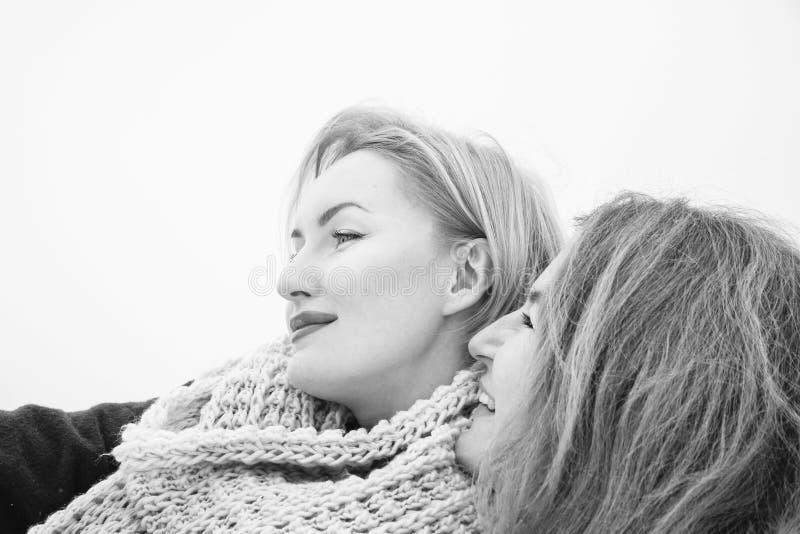 Due donne che si sparano, giorno della nuvola, all'aperto immagini stock