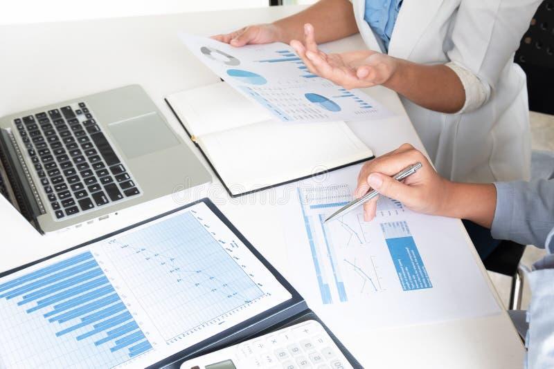 Due donne dell'azienda leader che discutono i grafici ed i grafici che mostrano i risultati immagini stock