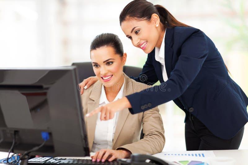 Donne di affari che lavorano ufficio fotografia stock