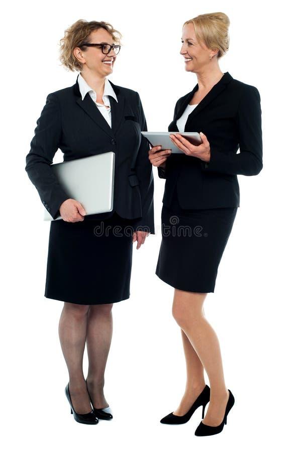 Due donne di affari che discutono commercio immagini stock libere da diritti