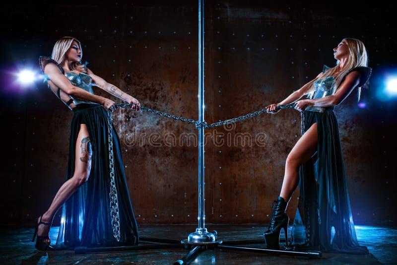 Due donne di ballo del palo fotografie stock