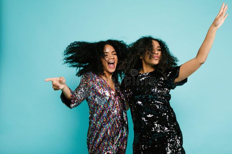 Due donne felici che hanno divertimento fotografie stock