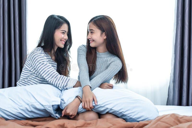 Due donne lesbiche asiatiche in camera da letto La gente delle coppie e concetto di bellezza Stili di vita e tema felici della ca immagini stock