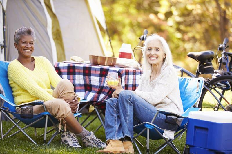 Due donne mature che si rilassano la vacanza in campeggio fotografia stock libera da diritti