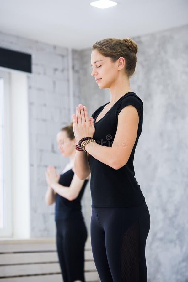 Due donne in palestra classificano, esercizio di rilassamento o classe di yoga fotografia stock