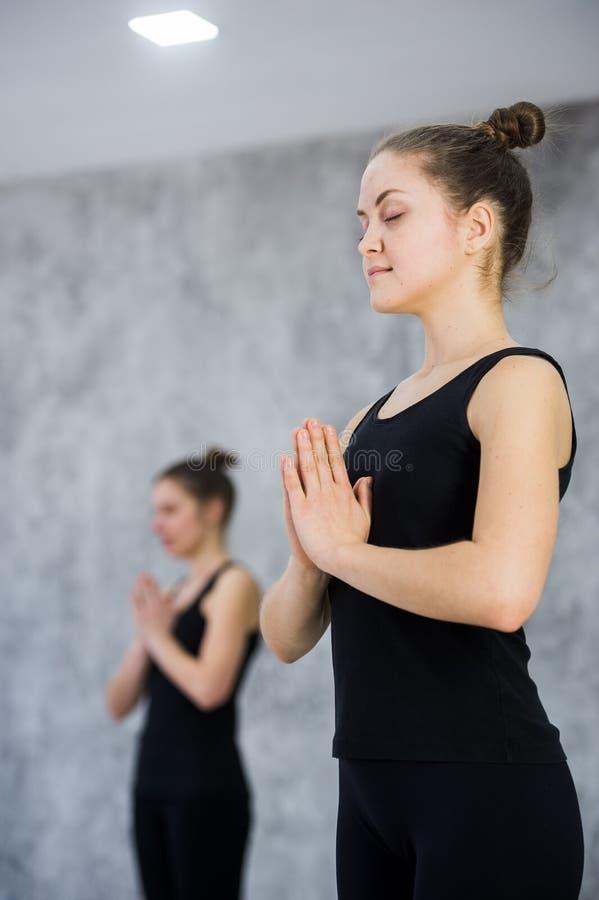 Due donne in palestra classificano, esercizio di rilassamento o classe di yoga immagine stock