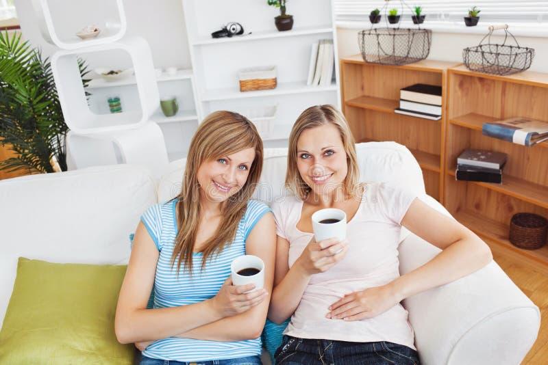 Due donne Relaxed che bevono sorridere del caffè fotografia stock libera da diritti
