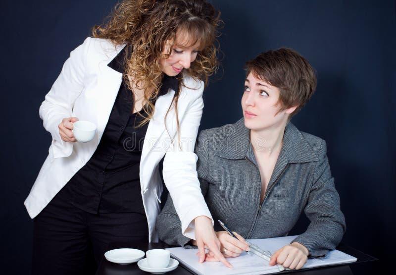 Due donne in una riunione immagine stock libera da diritti