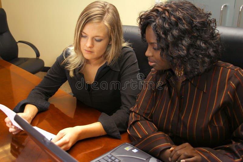 Due donne in una riunione fotografia stock libera da diritti