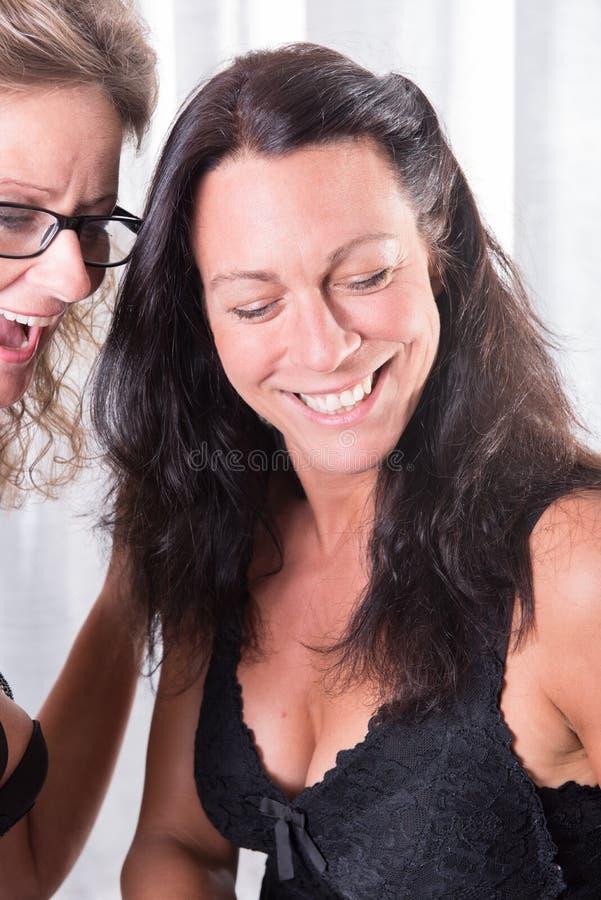 Due donne, una sta mettendo l'altra compongono sopra immagine stock libera da diritti