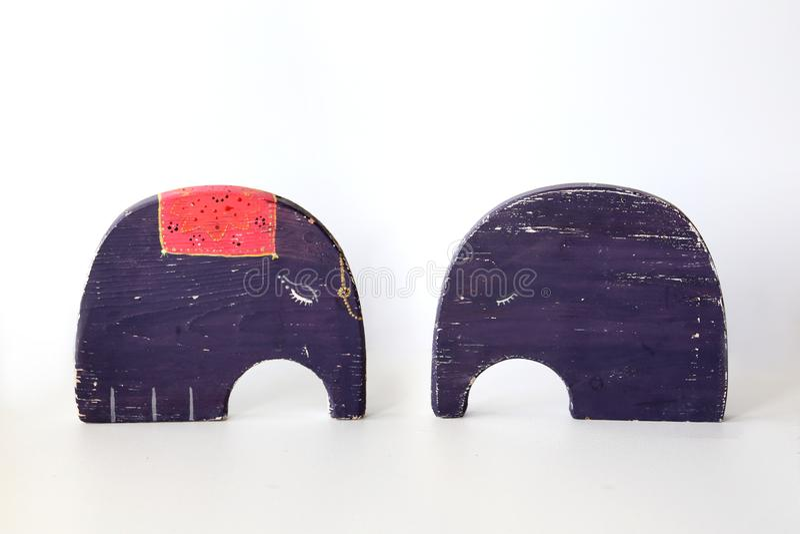 Due elefanti viola del giocattolo su fondo bianco cartoline nell'amore fotografia stock