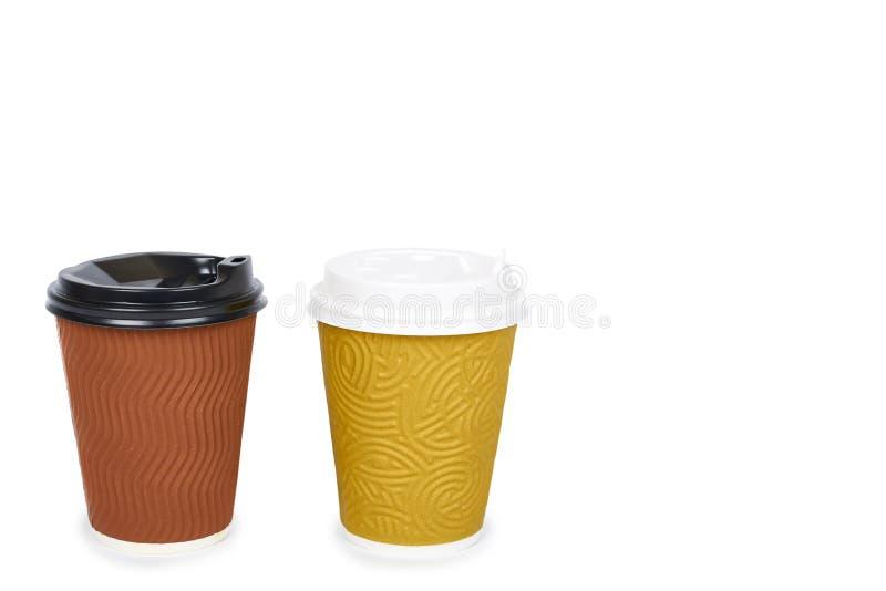 Due eliminano il caffè in termo tazza Isolato su una priorità bassa bianca Contenitore eliminabile, bevanda calda copi lo spazio, immagini stock libere da diritti
